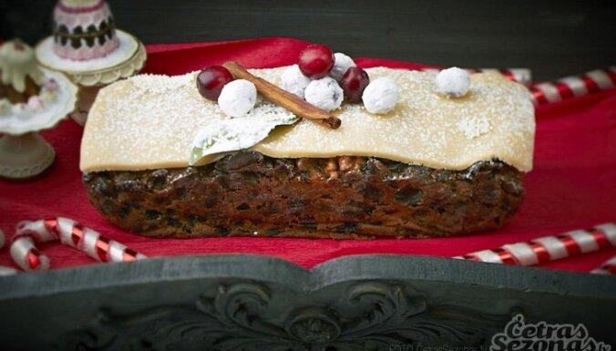 Amareto, apelsīnu un valriekstu Ziemassvētku kūka