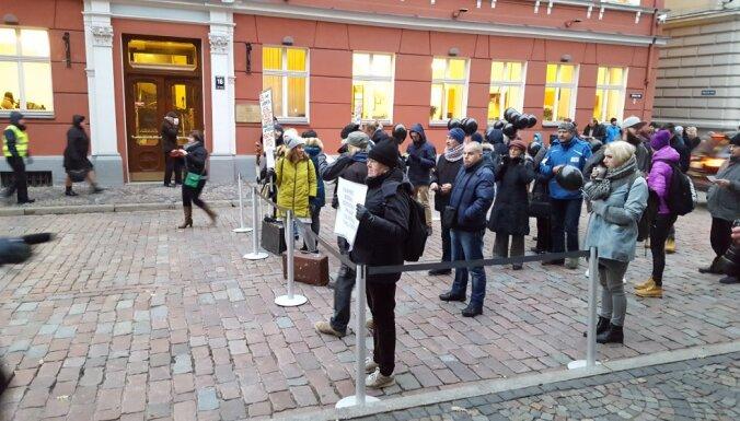 """ФОТО: Пикет возле Сейма против """"могилы микропредприятий"""""""