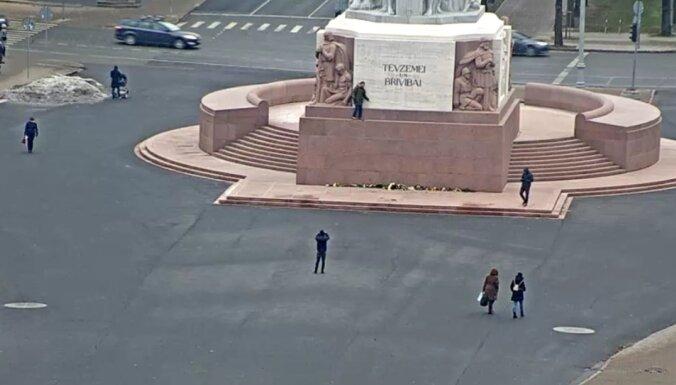 Турист из Британии забрался на памятник Свободы: хулиган оштрафован на 400 евро