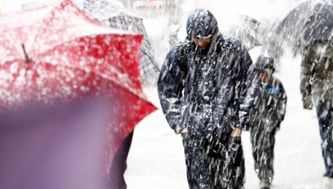 """В ночь на понедельник Латвию накроет снегопад: Рига ввела """"снежные билеты"""""""