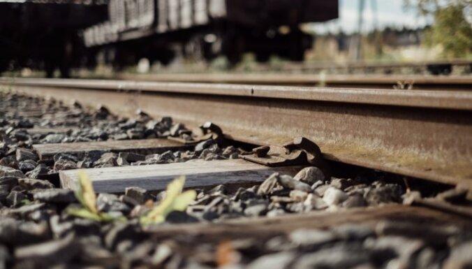Auto un vilciena lokomotīves sadursmē cietuši divi cilvēki