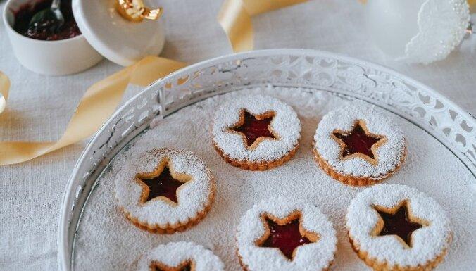 Ziemassvētku sviesta un mandeļu cepumi ar ievārījumu