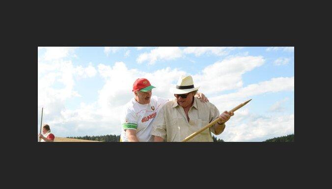 ВИДЕО: Лукашенко научил Депардье косить траву