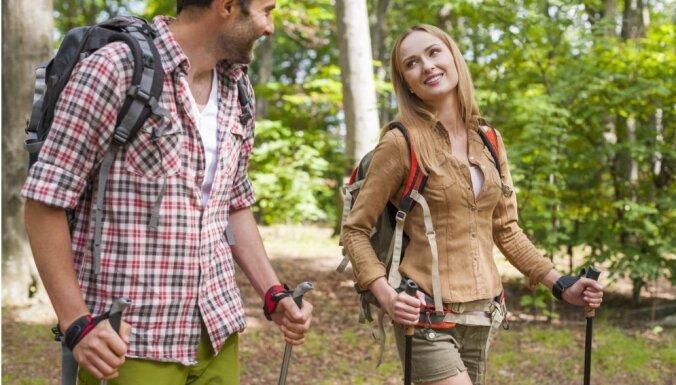 В Риге приглашают на бесплатные занятия скандинавской ходьбой: график на май