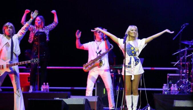 Foto: Gandrīz īsta 'ABBA' – Rīgā koncertē leģendārās grupas atdarinātāji