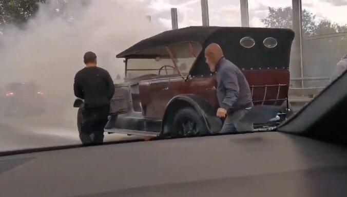 ВИДЕО: На Карля Улманя гатве загорелся ретроавтомобиль