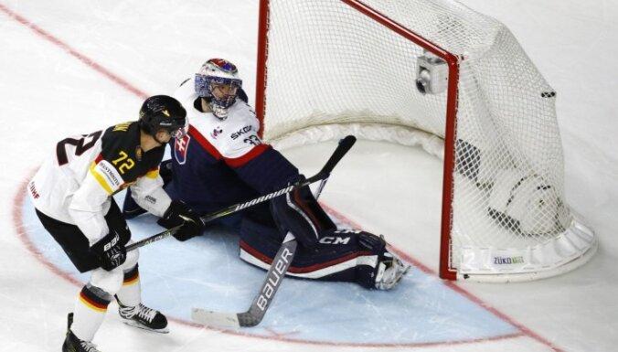 Ledus problēmas, kuriozi goli un atspēlēšanās – Vācijas hokejisti Ķelnē uzvar slovākus