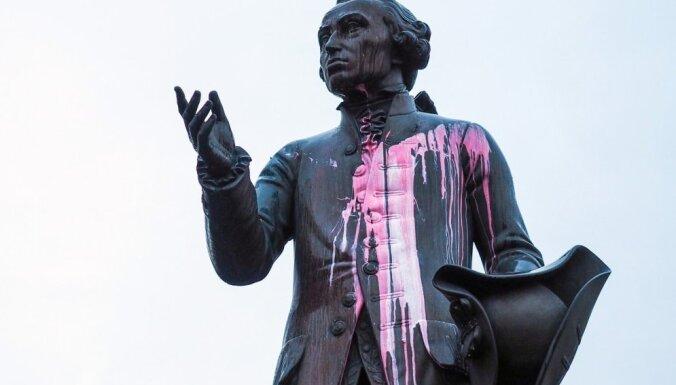 Kaļiņingradā apliets ar krāsu Imanuela Kanta piemineklis un kaps