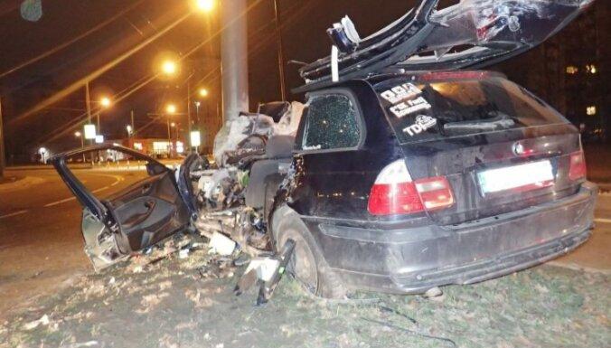 Traģēdija Kauņā: pēc policijas pakaļdzīšanās BMW avārijā iet bojā trīs cilvēki