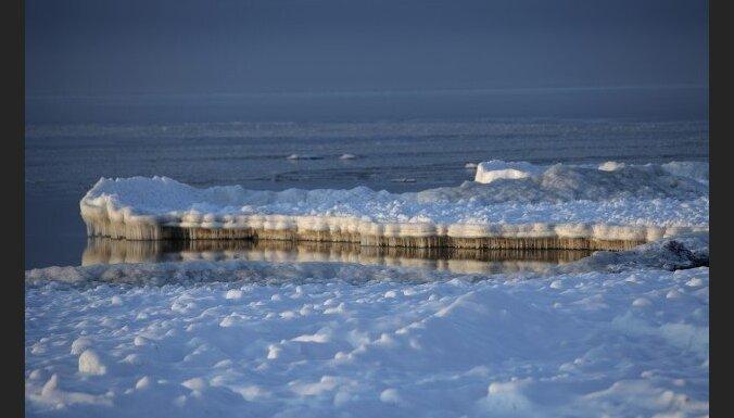 В Лиепае на льду канала задержали двух детей