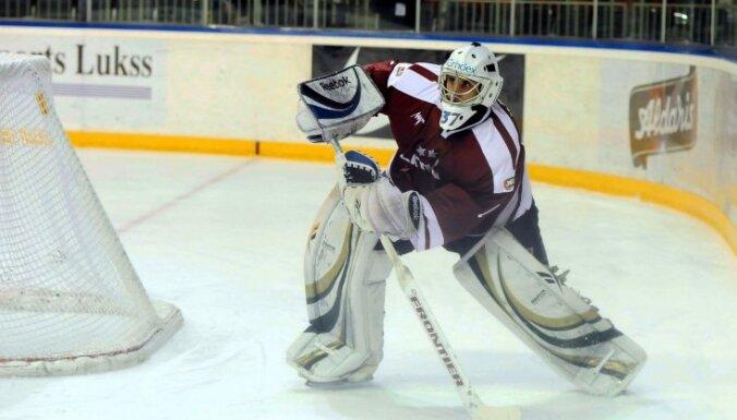 Latvijas hokeja izlases treniņiem pievienojas vārtsargs Jučers