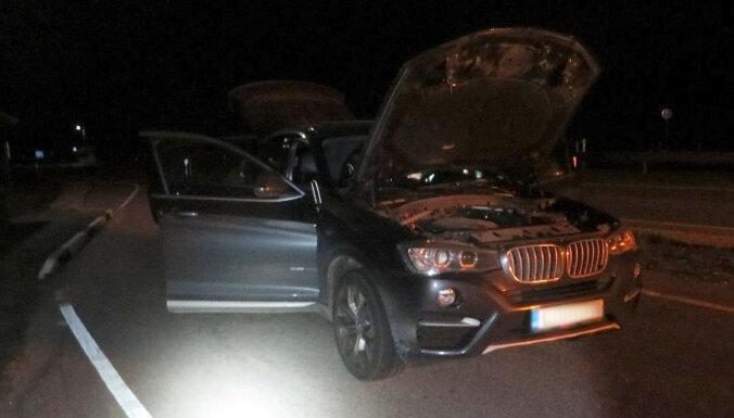 Melns BMW ar marihuānu neapstājas Latvijas un Igaunijas robežpunktā; policija noķer