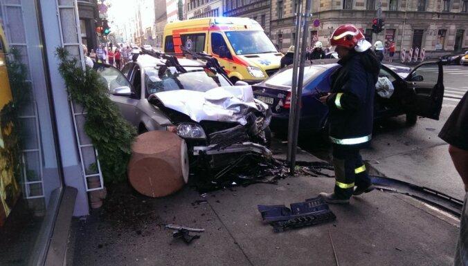 Foto: Avārijā Čaka un Lāčplēša ielas krustojumā trīs cietušie (plkst. 21:23)