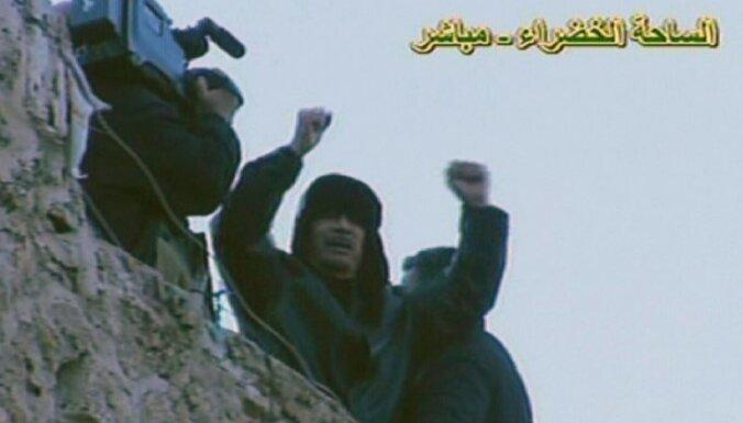 Kadafi Tripoles centrā aicina atbalstītājus 'aizstāvēt Lībiju'