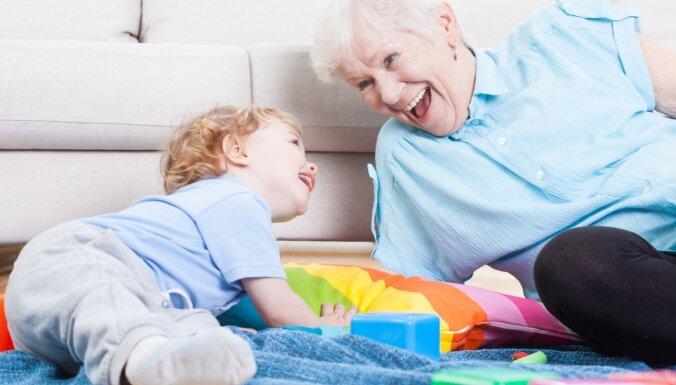 Vai strādājošai vecmāmiņai var izsniegt 'slimības lapu' par mazbērna kopšanu