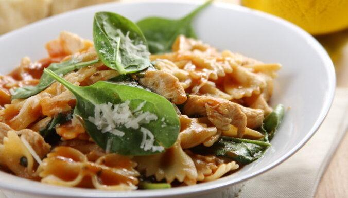 'Knorr' receptes: Farfalle makaroni ar vistu un spinātiem