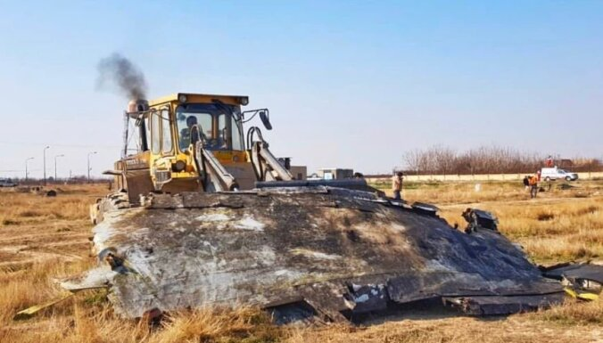 Irānā Ukrainas lidmašīnas atlūzas šķūrē ar buldozeru; bažas par izmeklēšanas iespējām