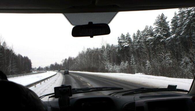 Daudzviet Latvijā sniegs un ledus apgrūtina braukšanu pa autoceļiem