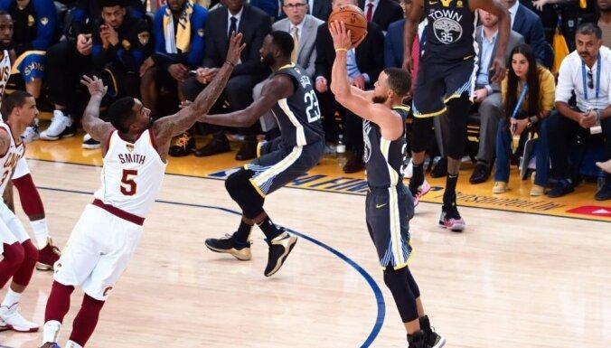 Karijs ar deviņiem tālmetieniem sekmē 'Warriors' otro uzvaru NBA finālsērijā
