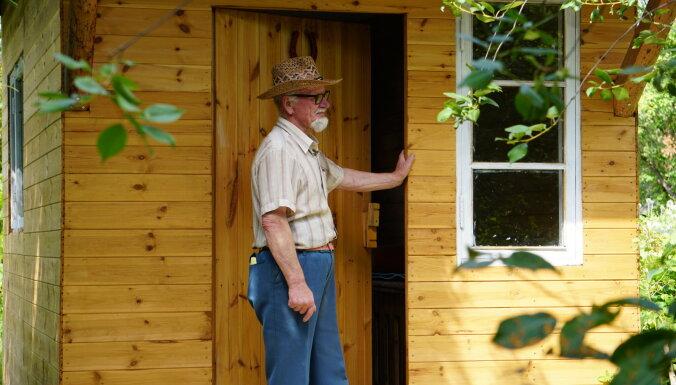 Biškopis Skrīveros ierīko bišu namiņu apiterapijai
