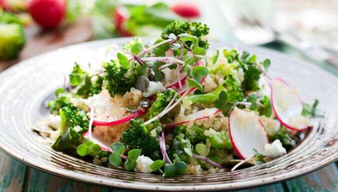 Салат из киноа, брокколи, сыра фета с ростками гороха