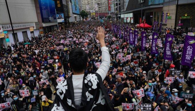 Honkongā simtiem tūkstoši demokrātijas atbalstītāju dodas gājienā