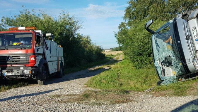 На Лиепайском шоссе столкнулись автобус и легковушка, пострадали девять человек (дополнено)
