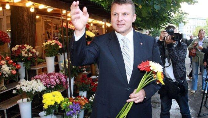 Šlesers Latvijā dzird kapu zvanus un domā atgriezties politikā