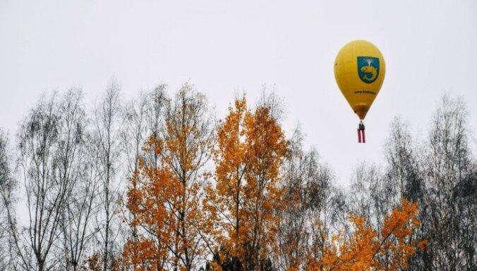 Video: Sveicot Latviju simtgadē, virs Lietuvas ar gaisa balonu tika pacelts Latvijas karogs