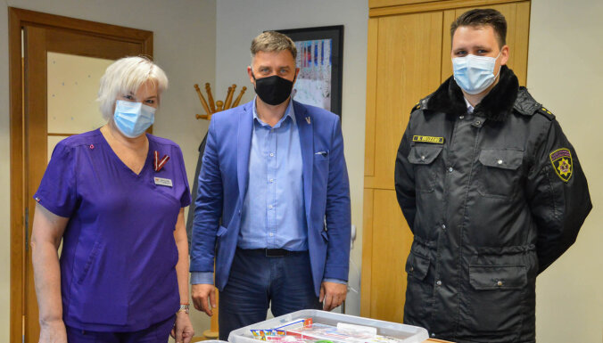 Ugunsdzēsēji Kuldīgas slimnīcas mazajiem pacientiem dāvina 'Spēka kastes'
