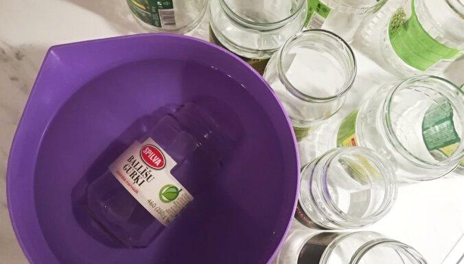 'Tava Māja' testē, kā efektīvi atmiekšķēt un notīrīt burciņu etiķetes