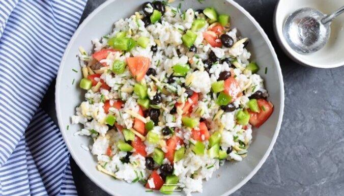 Veģetārie rīsu salāti ar avokado, tomātiem un sieru