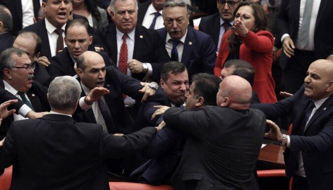 ВИДЕО: Депутаты подрались в турецком парламенте из-за слов в адрес Эрдогана