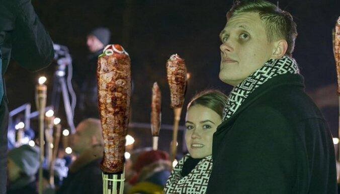 Interneta asprāši izsmej Dombravas cīņu pret ārvalstu studentiem – kebabu cepējiem