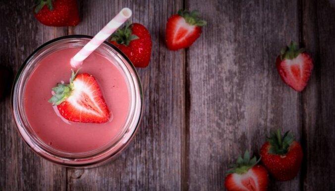 Jogurta un svaigu ogu smūtijs