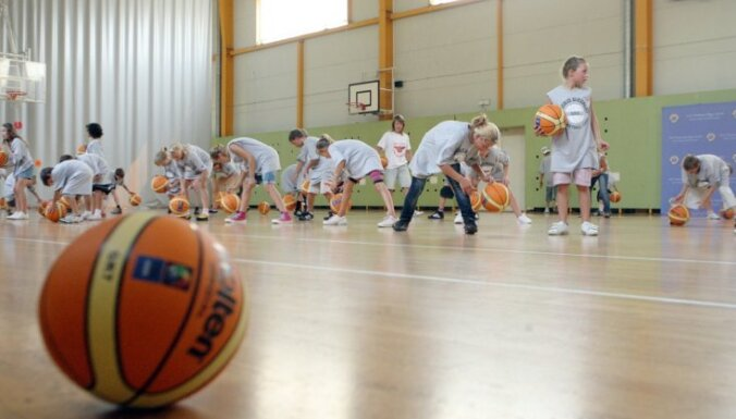 Deputātus uztrauc skolēnu nepamatota atbrīvošana no sporta stundām