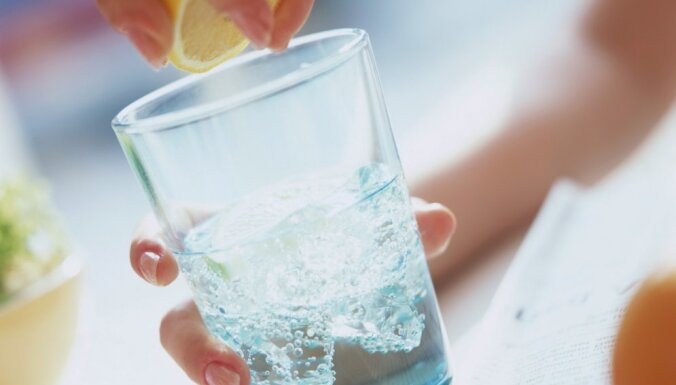 Vai ar cītīgu ūdens dzeršanu ir iespējams izārstēt hroniskas kaites? Komentē uztura speciāliste
