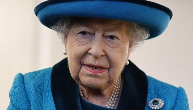 В одежде Елизаветы II нашли тайное послание о коронавирусе