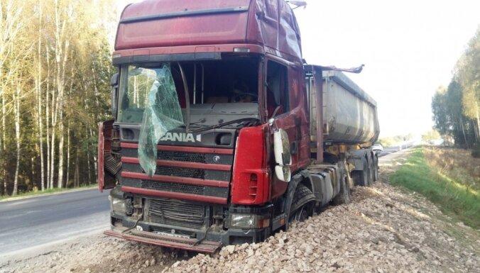 Пьяный водитель грузовика попал в аварию на Вентспилсском шоссе