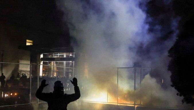 Tumšādaina vīrieša nošaušana Minesotā noved pie protestiem