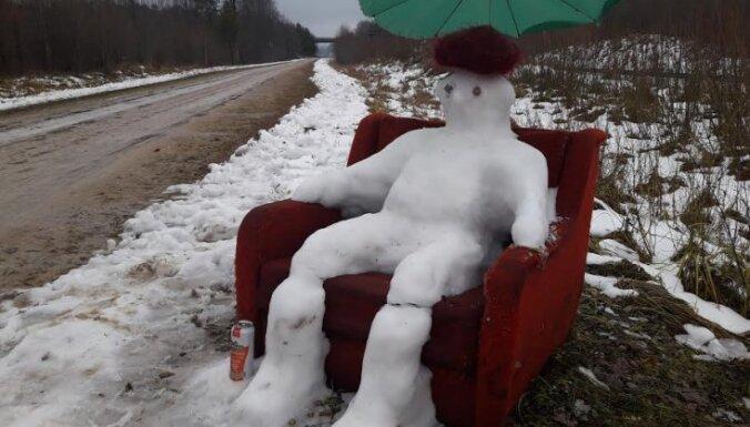 Foto: Sniegavīrs klubkrēslā atpūšas Pļaviņu ceļmalā