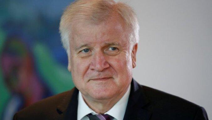 Vācijas iekšlietu ministrs aicina pārskatīt valsts patvēruma politiku