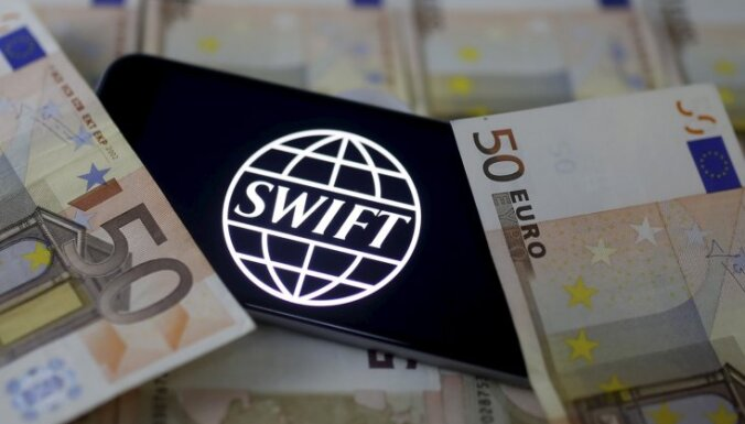 SWIFT atzīst Latviju par augsta riska valsti, uzņēmējiem kavējas ārvalstu pārskaitījumi