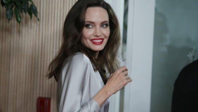 Анджелина Джоли продает картину Уинстона Черчилля