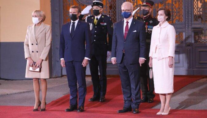 Пальцы, маски, цвет не тот: эксперт по этикету невысоко оценила стиль первых леди Франции и Латвии