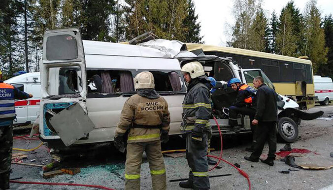 Лобовое столкновение автобуса и маршрутки под Тверью: 13 погибших