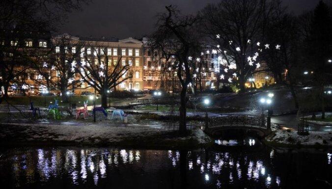 Foto: Sākas vides objektu festivāls 'Ziemassvētku egļu ceļš'