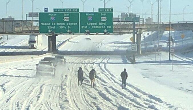 Teksasā nepierastā sniegputeņa dēļ gājēji pārvietojas pa ātrgaitas lielceļu