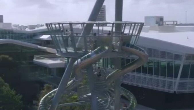 Savdabīgs tornis Floridā, kas ir gan mākslas instalācija, gan slidkalniņš