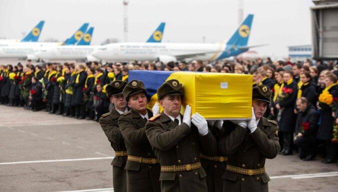 Foto: Ukraiņi mājās sagaida irāņu notriekto tautiešu mirstīgās atliekas
